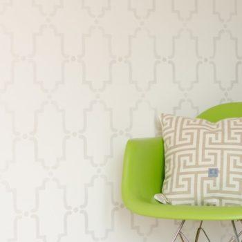 stencils-diy-malowanie-szablonem-koniczynka-kenitra-eames-chair1-464x700