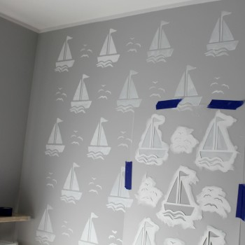 malowanie ściany przy pomocy szablonu malarskiego